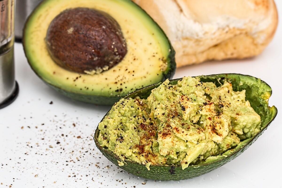 (Italiano) Barchette di avocado e peperoncino dolce